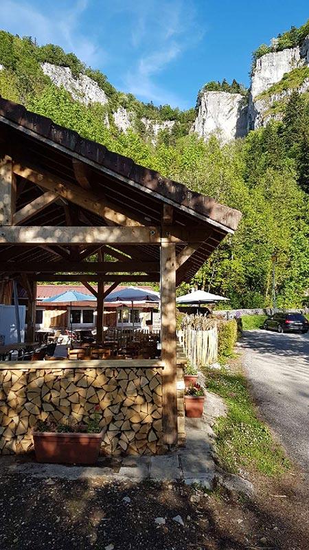 restaurant-la-cascade-la-frasnee-clairvaux-les-lacs-terrasse-restaurant